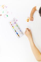 お絵描きをする幼い女の子と成人女性の手