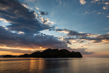 Sonnenuntergang im Komodo-Archipel - Kleine Sundainseln - Indonesien