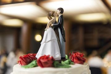 Novios besándose encima de una tarta