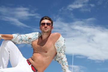 Junger Mann auf einer Yacht