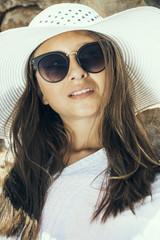 Fototapeta piękna kobieta w białym kapeluszu obraz