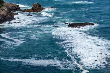 太平洋の荒々しい波