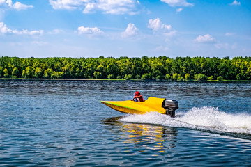 Fototapeten Motorisierter Wassersport Yellow speed boat