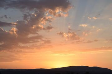 Concher de soleil sur les Corbières dans l'Aude.
