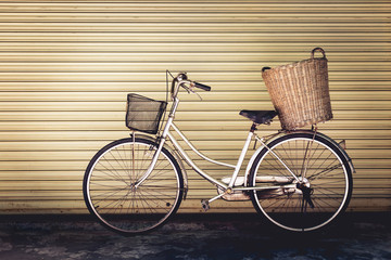 Fotobehang Fiets Old bicycle on wall background, vintage style