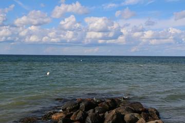 blauer Himmel und Wolken am Meer