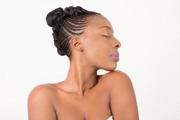 Beau portrait d'une femme avec une belle  peau et des tresses africaines