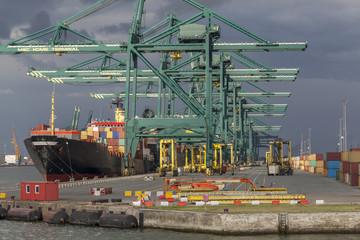 Tuinposter Antwerpen Containerschiff an einem Containerterminal im Hafen von Antwerpen, Belgien