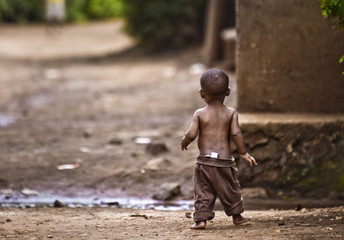Orphan boy in an impoverished African village. Fotomurales