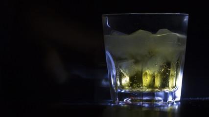 Koffein Getränk: Energydrink im Glas mit Eiswürfel