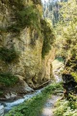 Felsen und Fluss