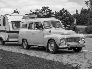 Vintage Oldtimer mit Wohnwagen