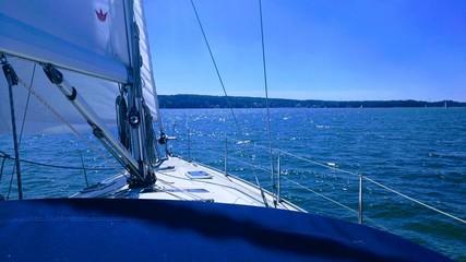 Segelyacht bei gutem Wind, blauem Himmel & blauem Wasser