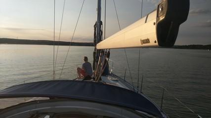 Romantische Fahrt in den Sonnenuntergang mit einer Segelyacht