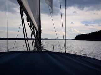 Segelyacht segelt in den Sonnenuntergang