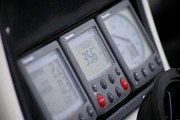 Instrumente auf einer Segelyacht (Logge, Lot, Autopilot)