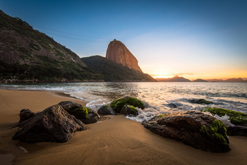 Fototapete - Beautiful Sunrise in the Red Beach (Praia Vermelha) with the Sugarloaf Mountain, Rio de Janeiro, Brazil