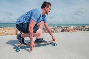 jeune homme stylé sur son skate