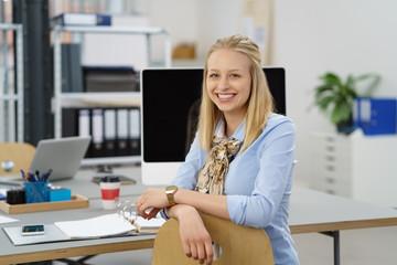 junge angestellte am arbeitsplatz