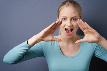 frau hält die hände vor den mund und ruft laut