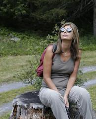 Donna riposa seduta dopo trekking