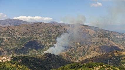 incendio sulla collina