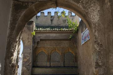 Foto op Canvas Marokko Marocco: una porta nella antiche mura della medina di Tangeri, la città sulla costa del Maghreb all'ingresso occidentale dello stretto di Gibilterra