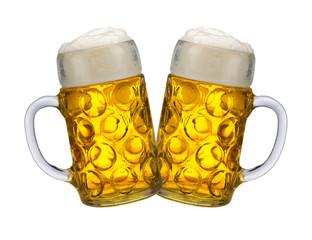 Zwei Bierkrüge auf dem Oktoberfest in München