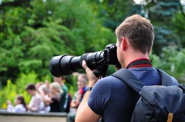 Fotograf mit Teleobjektiv