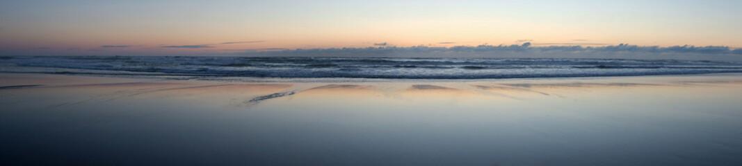Nuages et coucher de soleil sur les bords de plages de l'océan