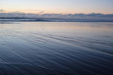 coucher de soleil sur la mer bleue calme