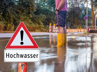 Achtung Hochwasser Mann mit Gummistiefel