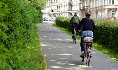 Junge Frau fährt mit dem Fahrrad