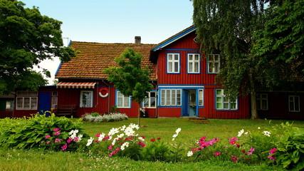 malerisches Holzhaus in Nida auf der kurischen Nehrung in Lettland Fotomurales