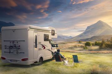 Foto auf Acrylglas Camping Urlaub mit dem Wohnwagen in der Natur