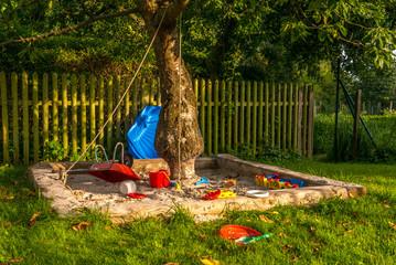 Sandkasten mit Spielsachen