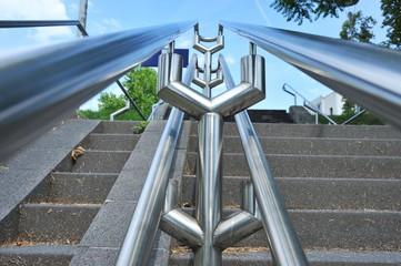 Modernes Edelstahlgeländer an öffentlichem Treppenaufgang