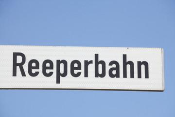 Straßenschild  Reeperbahn, Blauer Himmel
