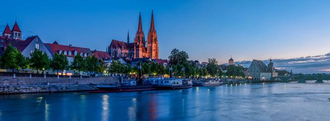 Regensburg in der Blauen Stunde; Bayern Fototapete