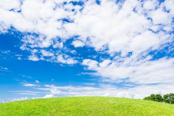 夏空と緑の丘