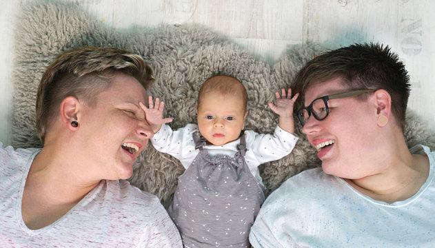 lesbisches Paar mit neugeborenen Baby