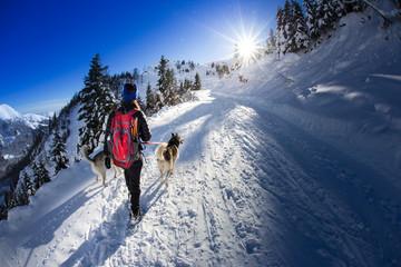 Donna ragazza che cammina nella neve con cane