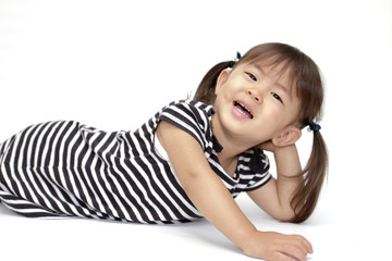 横になる幼児(2歳児) (白バック)