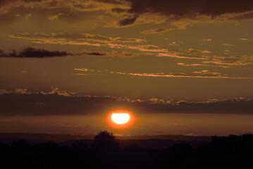 Sonnenuntergang mit kräftigenund intensiven Abendrot mit Windrädern im Hintergrund
