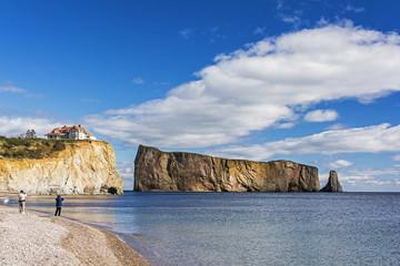 """Kalksteinfelsen """"Rocher Percé"""" vor der Gaspésie Halbinsel in Kanada."""
