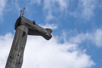 キリンの彫刻と青空