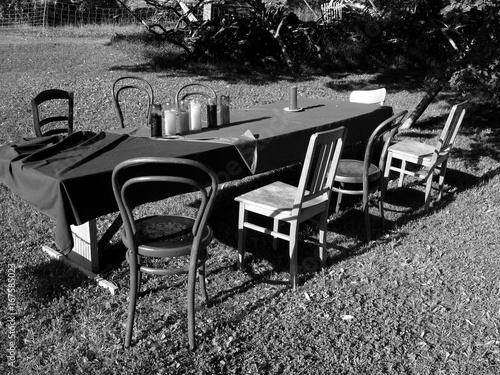 Gartentisch Mit Holzstuhlen Und Tischdecke Auf Einem Bauernhof Am
