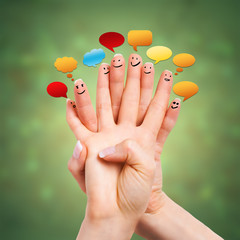Finger beim unterhalten vor Glitzerhintergrund