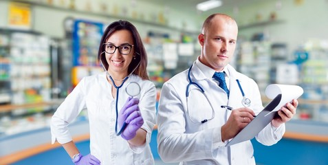 The pharmacists gives advice on medicaments.