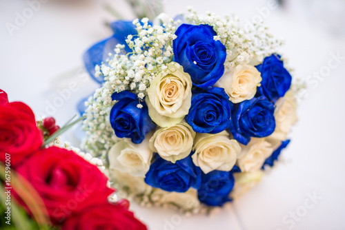 Bouquet Blu Sposa.Buoquet Sposa Rotondo Di Rose Avorio E Blu Stock Photo And Royalty
